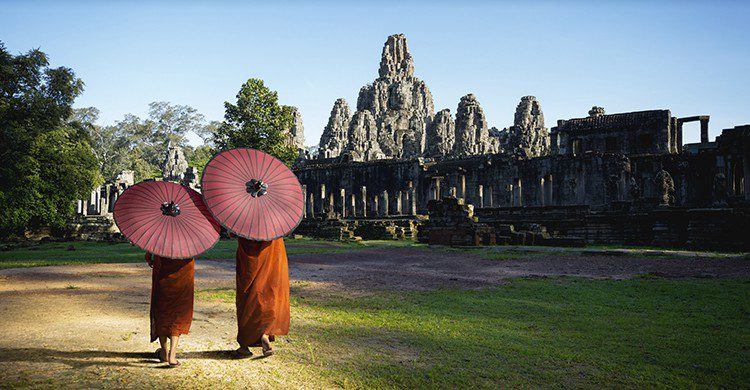 Deux femmes devant le temple de Siem Reap au Cambodge (Istock)