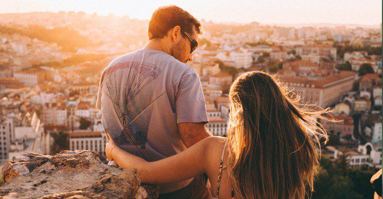 couple qui regarde un coucher de soleil