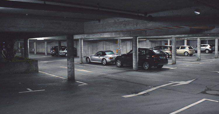 voitures dans un parking souterrain