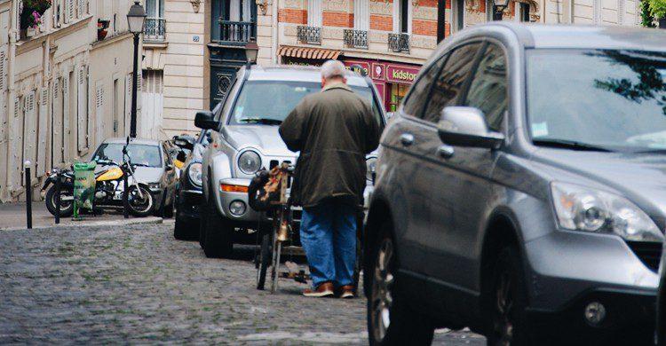 rue parisienne avec des voitures