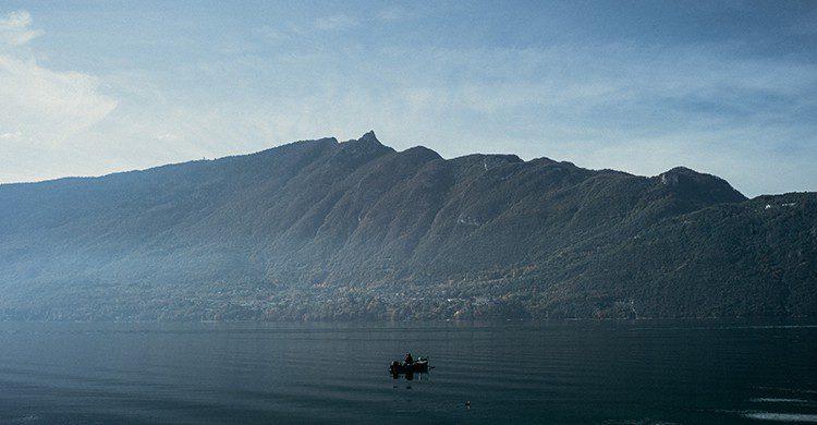 Le lac d'Annecy avec de la brume au-dessus de l'eau