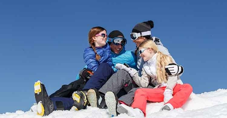 Groupe de jeune souriant sur la neige d'Avoriaz