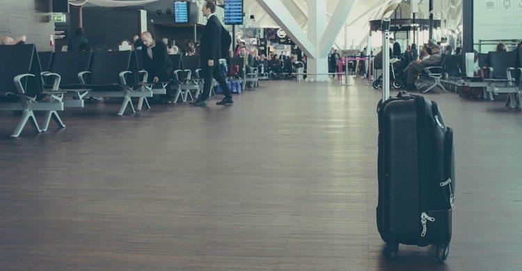 valise à roulettes dans le hall d'un aéroport