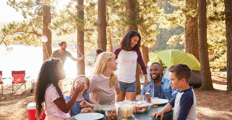 Camper en famille ou entre amis (Istock)