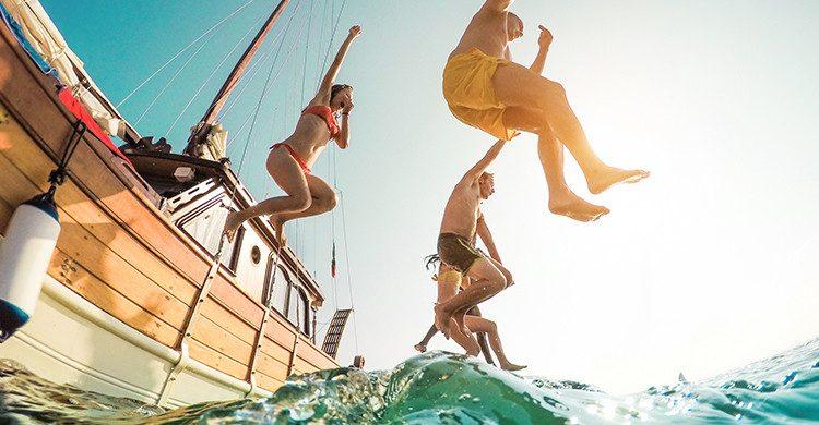 Amis profitant des vacances en voilier (Istock)