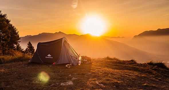 Lever de soleil en montagne avec une tente - Unsplash